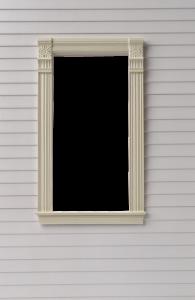 Фоторамка, окно с наличниками на серой, обшитой сайдингом стене. Бесплатные фоторамки для фотошопа. Вставить фото в рамку 194