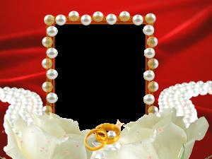 Свадебная рамка с жемчугом, белыми розами и кольцами.