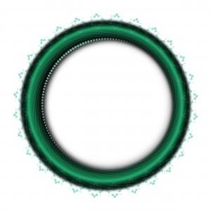Изумрудное кольцо обрамлено маленьким кружевом.