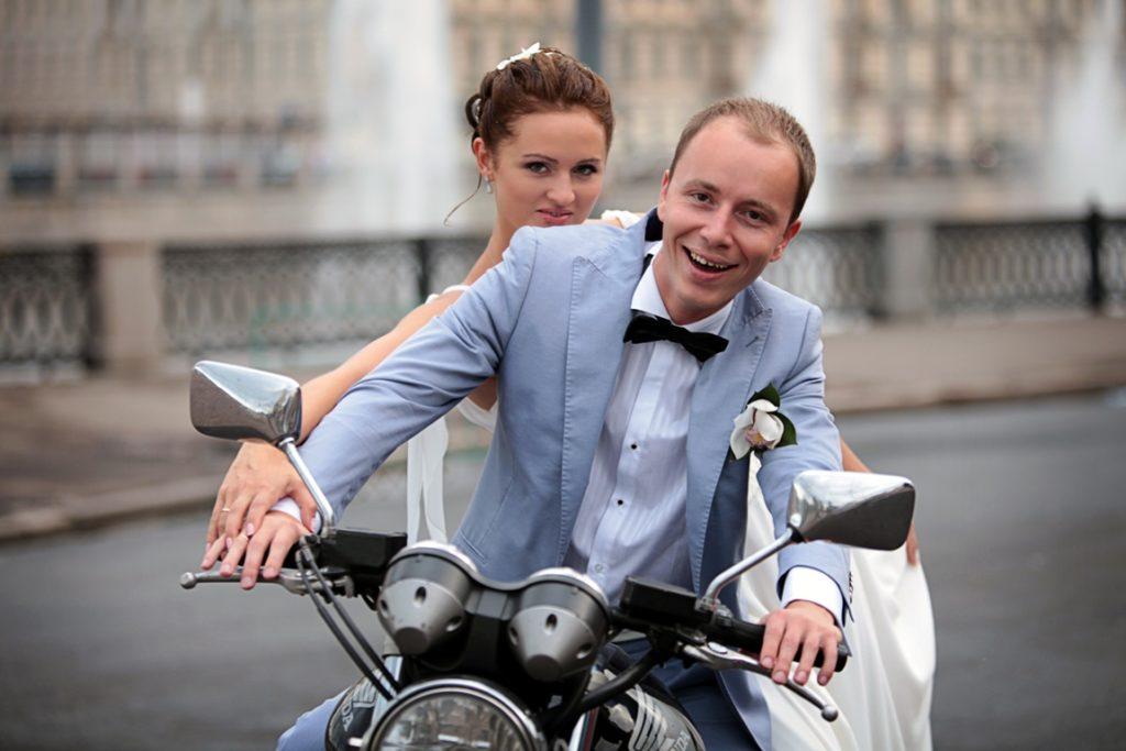 Фотосъёмка свадебной прогулки Дмитрия и Александры. Это, бесспорно, моя самая любимая пара. Всего за два часа съёмки, включая регистрацию в ЗАГСе, мы сделали огромное количество самых разных фотографий