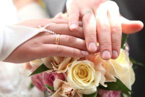 Аксессуары для свадебной фотосъёмки - неотъемлемая часть съёмочного процесса. И часто главные аксессуары для свадебной фотосъёмки - это букет невесты. Классический снимок рук на красивом букете невесты.