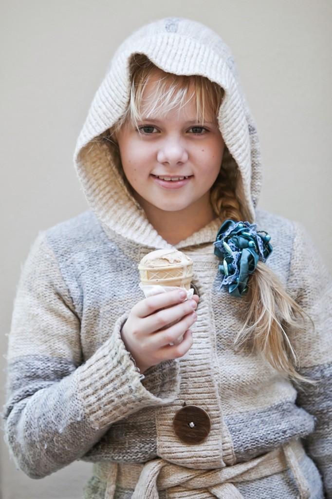 Постановочная фотосъёмка детей может проходить и с использованием дополнительных аксессуаров, например, крылья ангела с нимбом, большие плюшевые игрушки, мыльные пузыри и всё, что придёт в голову фотографу, родителям и самому ребёнку. В данном случае в качестве аксессуара для фотосъёмки выступило мороженое - любимое детское лакомство.