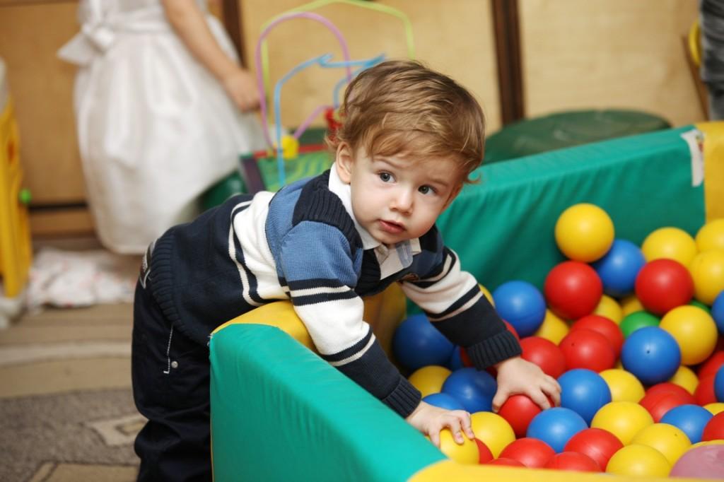 Профессиональная портретная фотосъёмка детей часто проводится в детских садах и школах, на различных праздниках и утренниках. Очень большую роль играет и цвет стен, и детские игрушки, которые попадают в кадр. Хорошее освещение может сделать детский портрет очень приятным, в то время как неправильный цвет стен может портить всю картинку. В этих случаях лучше фотографировать портрет крупнее и использовать яркие разноцветные игрушки, чтобы улучшить цвета на фотографии