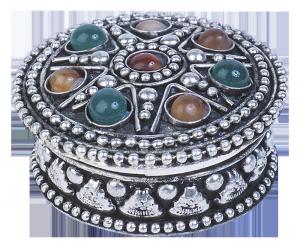 Серебряная шкатулка, украшенная натуральными камнями.