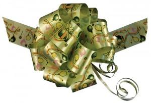 Нарядный зеленый бантик может стать елочным украшением.
