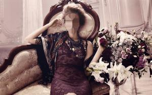 Женские шаблоны и костюмы для фотошопа - 201. Женщина на изящной кушетке, расположенной в уютной фиолетовой комнате