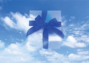 Фон для фотошопа - 339. Подарок небес – легкий и воздушный подарок в белой коробке с синей лентой и бантом.