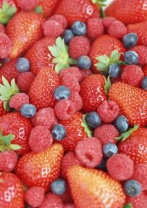 Фон для фотошопа - 379. Лесные ягоды. Свежие летние ягоды – малина, клубника, земляника и ежевика.